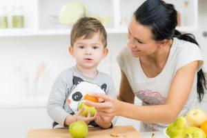 kind bekommt frisches obst zu essen